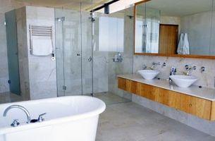 Come inquadrare uno specchio del bagno con lo stampaggio