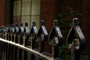 Come rimuovere la ruggine da una recinzione in ghisa