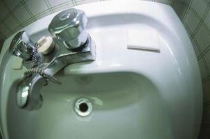 Come usare candeggina per pulire un Sink Drain Smelly Bagno