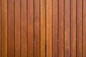 Come rimuovere pannelli di legno da un muro di gesso