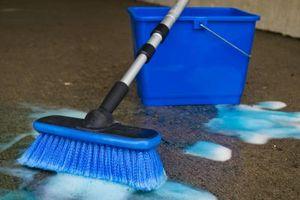Come ottenere Dye dai tappeti fuori un linoleum del pavimento
