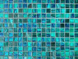 Come aggiungere piastrelle di vetro a una piscina in fibra di vetro