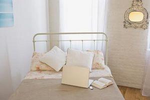 Idee di decorazione a mettere dietro un letto di ferro che si trova ad angolo