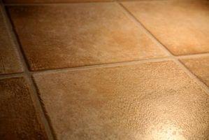 Alternative a una scopa e secchio per pavimenti in piastrelle in un grande spazio