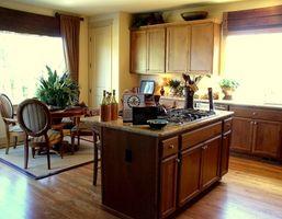 Come faccio a rinnovare il look di un 1950 ranch con una lavatrice e asciugatrice in cucina?