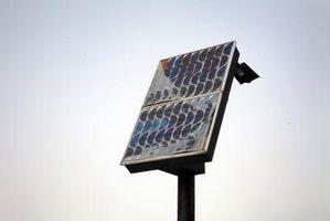 Montaggio di un pannello solare fotovoltaico sul palo alla tetto di un edificio
