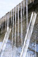 Come sciogliere il ghiaccio costruire su un tetto