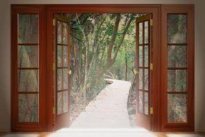 Per la sospensione di una porta, quanto spazio avete bisogno per i cardini e la chiusura della porta correttamente?