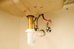 Ho bisogno di mettere nulla sulle tubazioni durante l'installazione di un lavandino del bagno?