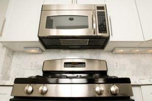 Come funziona un forno a microonde caldo il cibo?
