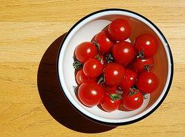 Come coltivare pomodori testa in giù in un cesto appeso