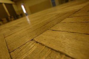 Come applicare una finitura a cera per pavimenti in legno