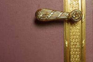 Come rimuovere una serratura dell'annata su una casa