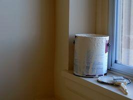 Come faccio a dipingere il bagno a soffitto, come le pareti dello stesso colore in un piccolo bagno?