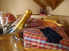 Idee di design per camere da letto con pareti inclinate