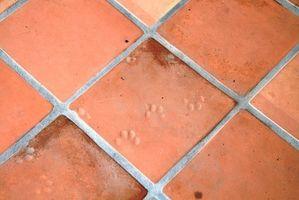 Come installare Saltillo Tile su un pavimento di legno e Passo d'uomo