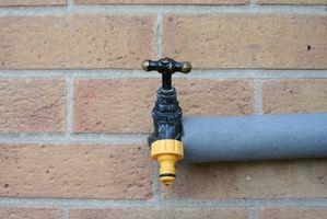 Come per agganciare un tubo da giardino per un rubinetto
