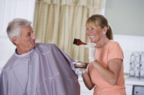 Come rimuovere le macchie tintura dei capelli