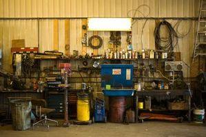 Come costruire un tavolo di lavoro montata per un garage