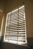 Come appendere ciechi di finestra fuori una finestra aperta
