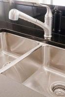 Come rimuovere silicone da un rubinetto della cucina