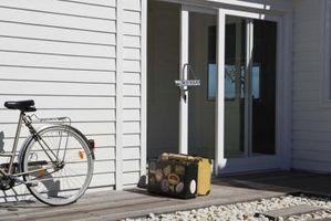 Come rimuovere un patio porta scorrevole con rivestimenti in vinile