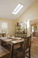 Idee di decorazione per un attico rifinito con soffitti inclinati