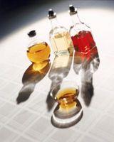 Olio d'oliva per rimuovere bianchi graffi da una tavola di legno