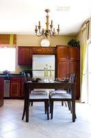Qual è la corretta altezza per un lampadario da un tavolo da pranzo?