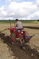 Come utilizzare un trattore con un aratro singolo-Basso