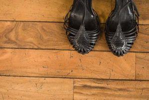 Come rimuovere il vecchio pavimento di cera dai pavimenti in legno
