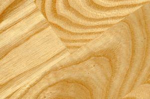 Come faccio a rimuovere l'odore di urina di un pavimento in legno?