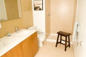 Come dipingere piccoli bagni con pareti inclinate