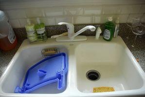Come riparare il tubo spruzzatore in un Kitchen Sink