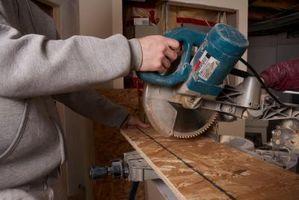 Come tagliare bordi di legno per un muro