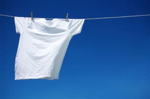 Come rimuovere le macchie di sudore dai vestiti bianchi