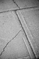 Come mantenere erbacce di crescere attraverso le crepe marciapiede