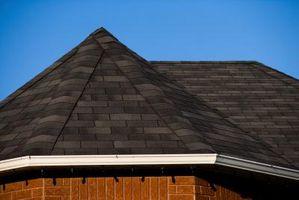 Come Lay cartone catramato su un tetto a padiglione