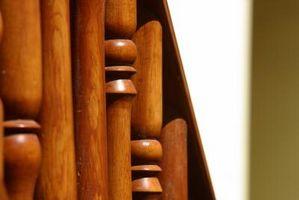 Tecniche per mano di lucidatura extra-lucida finitura legno scale corrimano