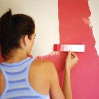 Idee progettuali per pareti rosa e un volant nero