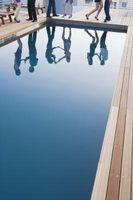 Come abbassare il livello di cloro in una piscina in vinile
