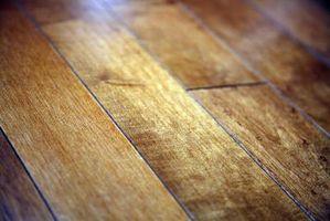 Rimozione di adesivo residuo risultante da un pavimento in legno con una levigatrice