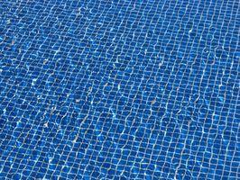 Come usare candeggina per cloro in una piscina