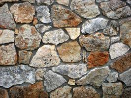Come pulire un campo di pietra camino