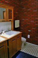 Come ottenere un forte odore di urina umana fuori dal bagno