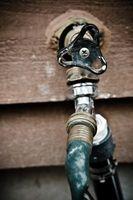 Come sostituire un rubinetto di acqua all'aperto
