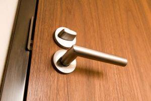 Come tagliare la parte inferiore di una porta interna cava senza danneggiarlo