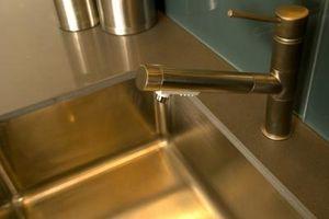 Come pulire e lucidare un lavello in acciaio inox